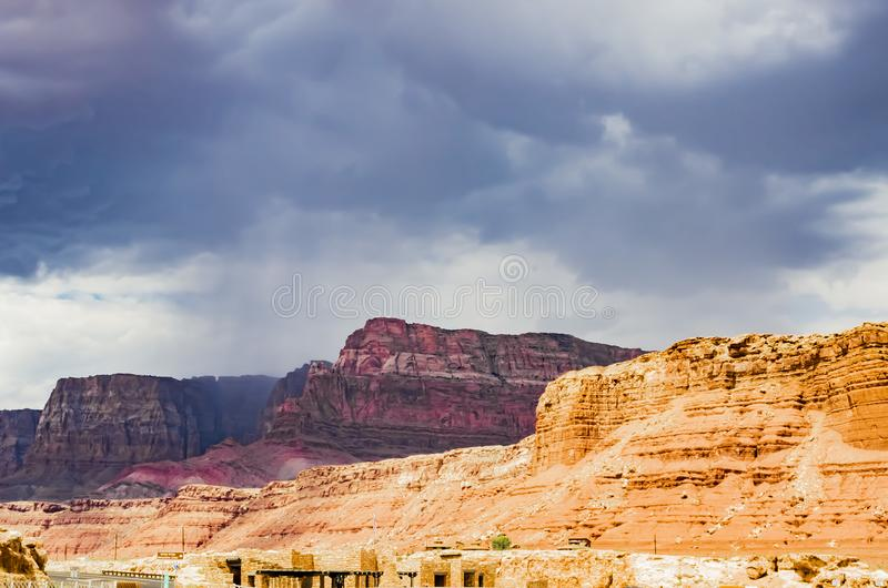 Visión desde el puente de Navajo con la lluvia del verano, barranco de mármol Hwy 89 imágenes de archivo libres de regalías