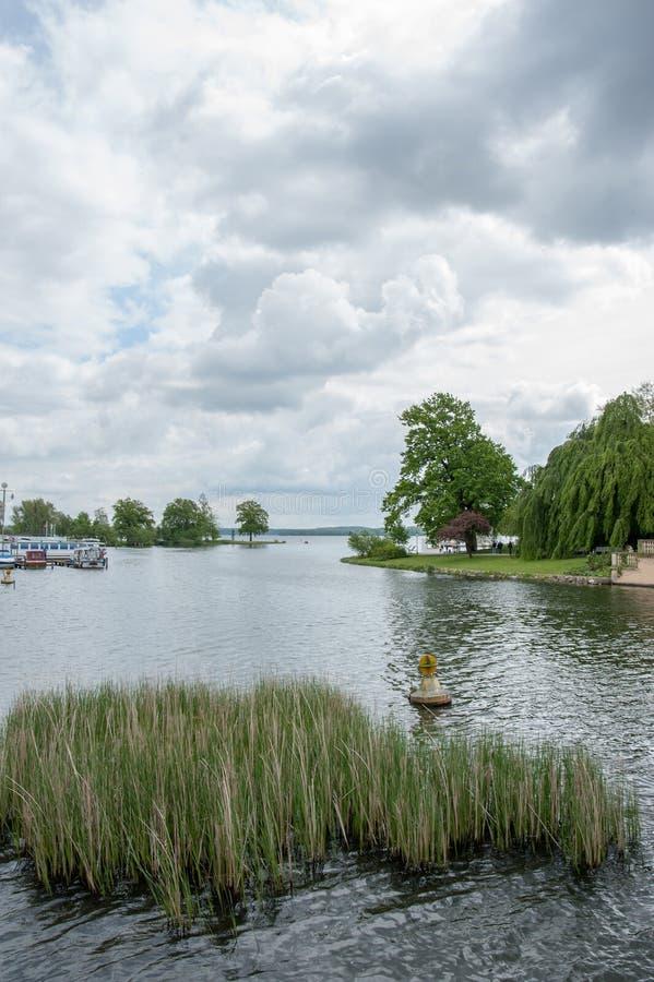 Visión desde el puente en el puerto deportivo y el lago en Schwerin, Alemania en el día cubierto fotografía de archivo libre de regalías