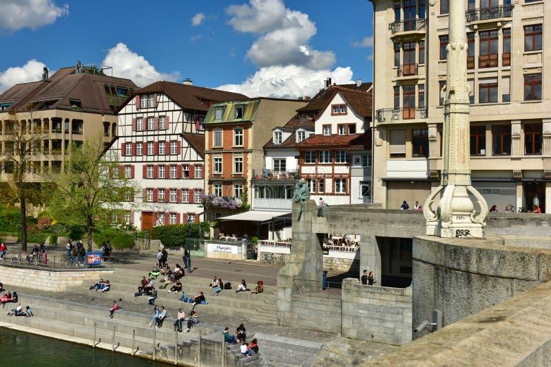 Visión desde el puente medio en el terraplén del río Rhine Ciudad de Basilea, Suiza imagen de archivo libre de regalías
