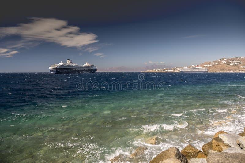 Visión desde el puerto Grecia de la ciudad de Mykonos imagenes de archivo