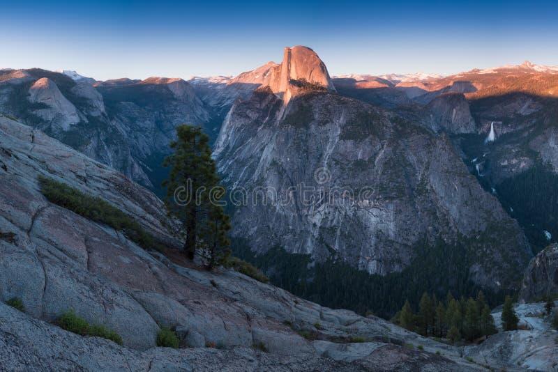 Visión desde el punto del glaciar, que es el punto de vista más espectacular del parque nacional de Yosemite, media bóveda de Cal foto de archivo