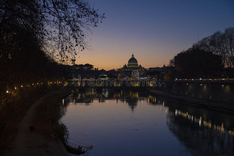 Visión desde el río de Tíber de la basílica de San Pedro en la puesta del sol, Vaticano, Roma, Italia fotografía de archivo