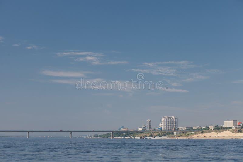 Visión desde el río a tender un puente sobre y la ciudad foto de archivo libre de regalías