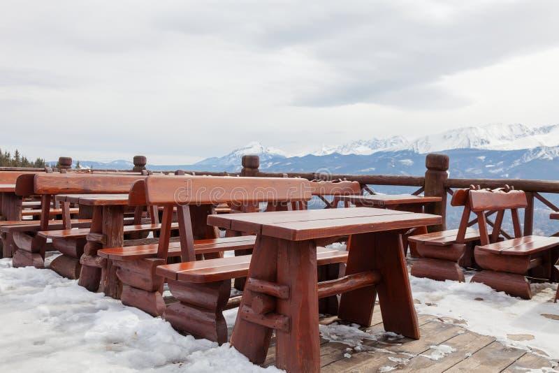 Visión desde el restaurante a las montañas Paisaje de la montaña imagen de archivo libre de regalías