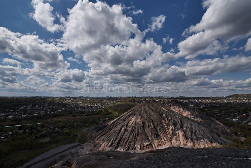Visión desde el slagheap en la ciudad y un cielo azul fotos de archivo