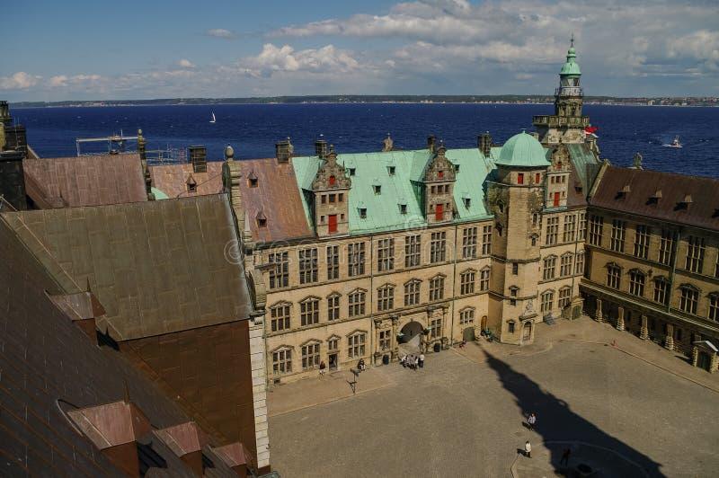 Visión desde el tejado al patio de Kronborg del castillo del renacimiento a los Hel imagenes de archivo