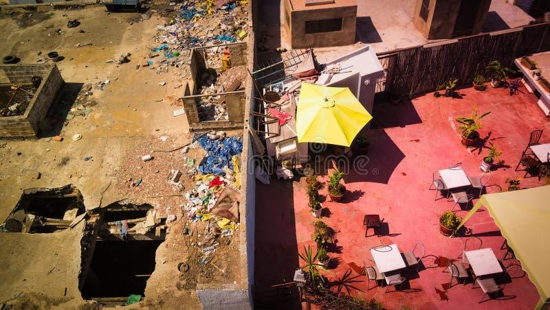 Visión desde el tejado en Casablanca, Marruecos con la división de ricos y de pobres imagen de archivo