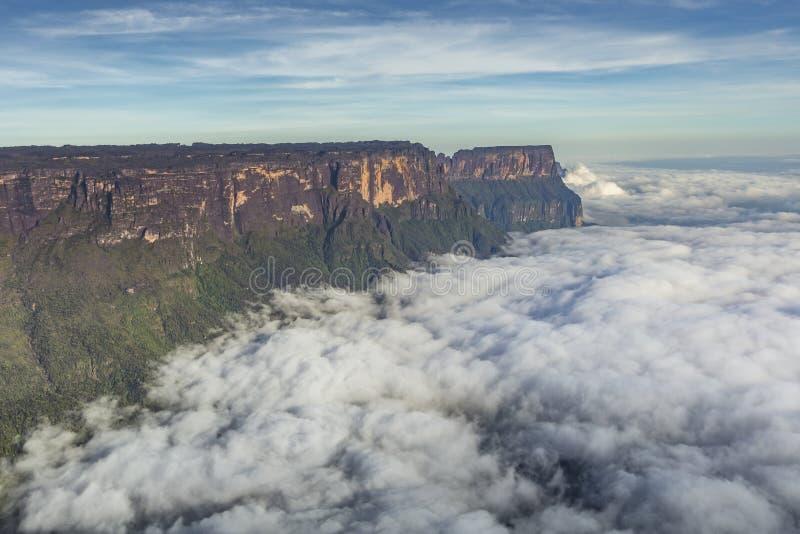 Visión desde el tepui de Roraima en el tepui en la niebla - Venezu de Kukenan fotos de archivo