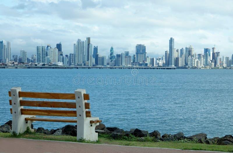 Visión desde el terraplén en Amador del horizonte de ciudad de Panamá foto de archivo