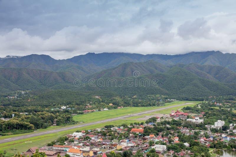 Visión desde el top de la colina de la montaña del cual localizó en el centro imagenes de archivo