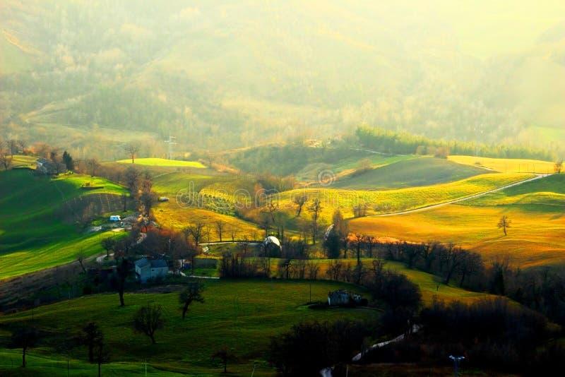 Visión desde el top en un paisaje montañoso con los bosques en el fondo foto de archivo libre de regalías