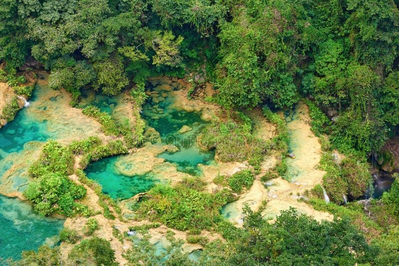 Visión desde el top a las cascadas en las selvas de Guatemala fotografía de archivo libre de regalías