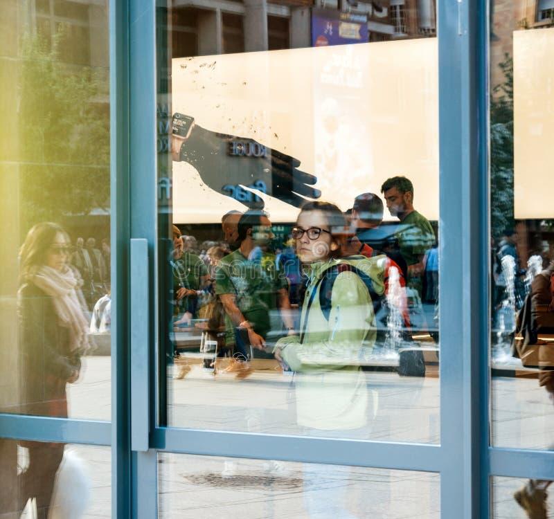 Visión desde la calle de clientes dentro de Apple Store imagen de archivo libre de regalías