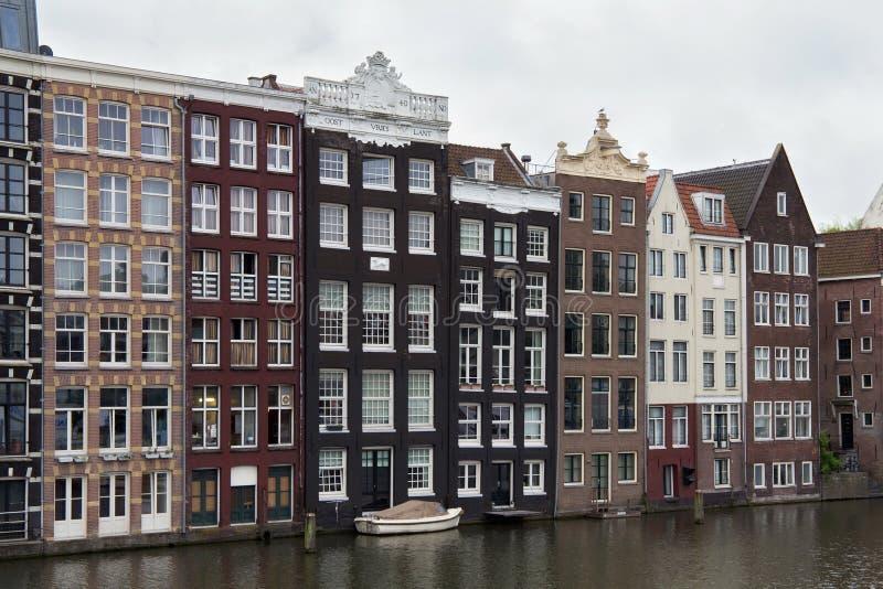 Visión desde la calle de Prins Hendrikkade en Amsterdam a los edificios holandeses históricos viejos imágenes de archivo libres de regalías