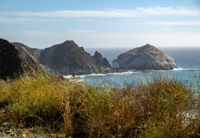 Visión desde la carretera de la Costa del Pacífico no 1 en el océano en California fotos de archivo libres de regalías