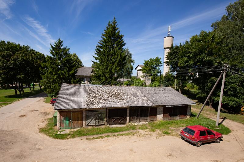 Visión desde la casa lituana rural sobre los garajes viejos fotos de archivo libres de regalías
