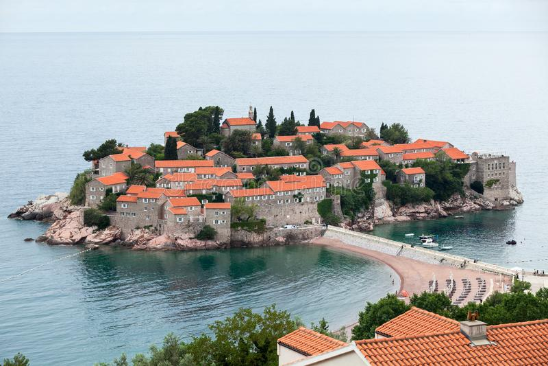 Visión desde la ciudad en el islote de Sveti Stefan y el centro turístico del hotel El mar adriático, Montenegro, Europa imagen de archivo