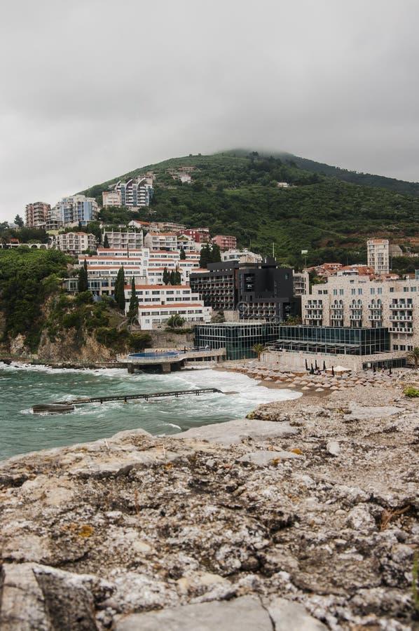 Visión desde la ciudad vieja a la playa del mar foto de archivo