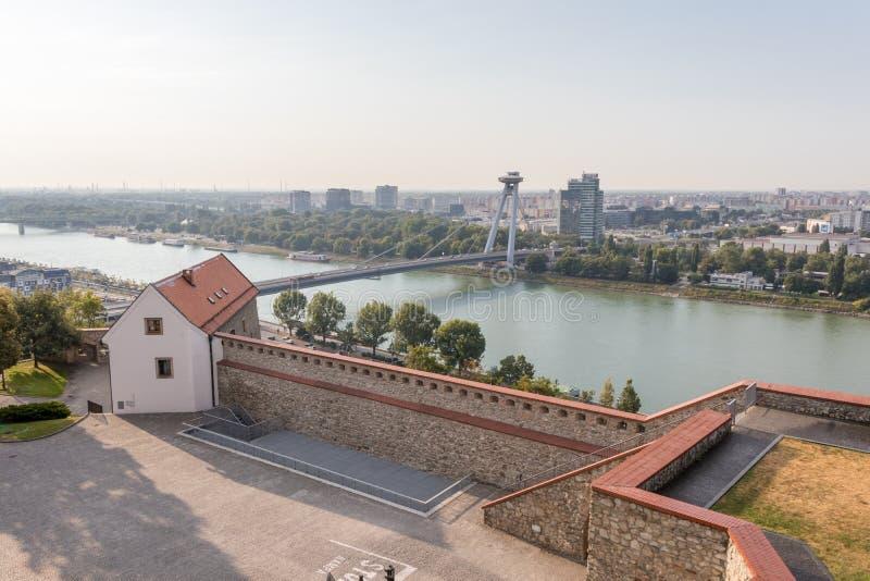 Visión desde la colina de la fortaleza de Bratislava en el río Danubio imagenes de archivo