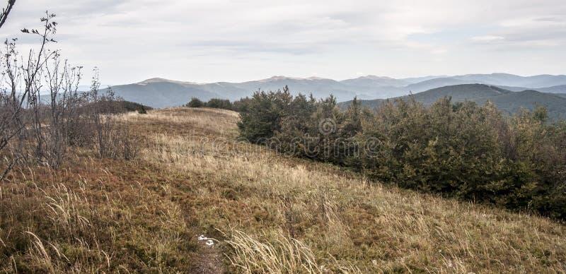 Visión desde la colina de Jaslo en las montañas de Bieszczady del otoño en Polonia imagen de archivo
