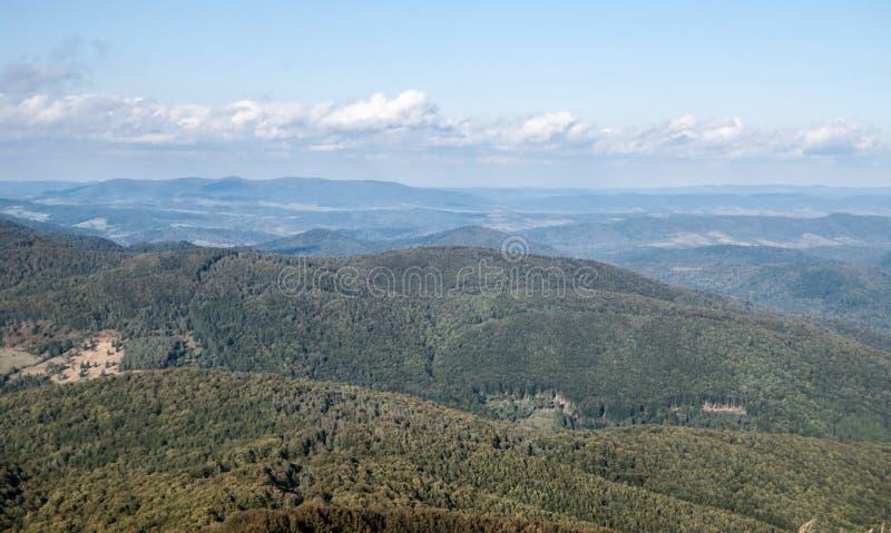 Visión desde la colina de Kruhly Wierch en Polonina Carynska en las montañas de Bieszczady del otoño en Polonia imagen de archivo libre de regalías
