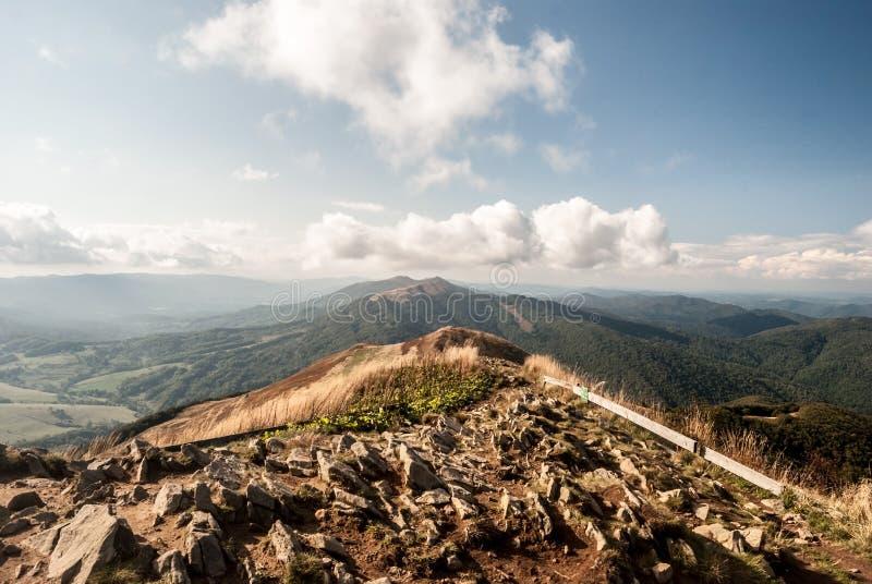 Visión desde la colina de Kruhly Wierch en Polonina Carynska en los mountans de Bieszczady del otoño en Polonia fotos de archivo