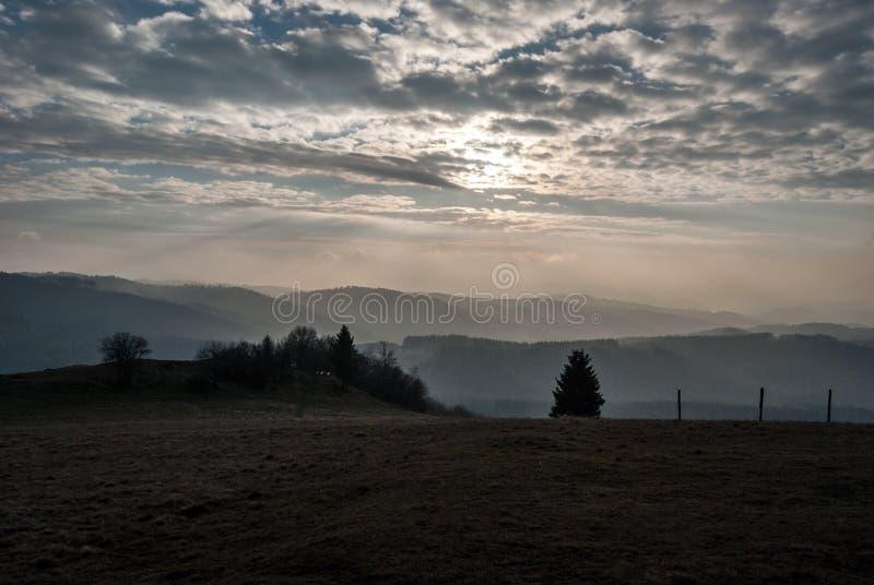 Visión desde la colina de Ochodzita en las montañas silesias de Beskids del otoño sobre el pueblo de Koniakow en Polonia fotos de archivo
