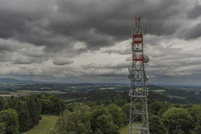 Visión desde la colina de Tabor en día nublado del verano con el transmisor imagen de archivo