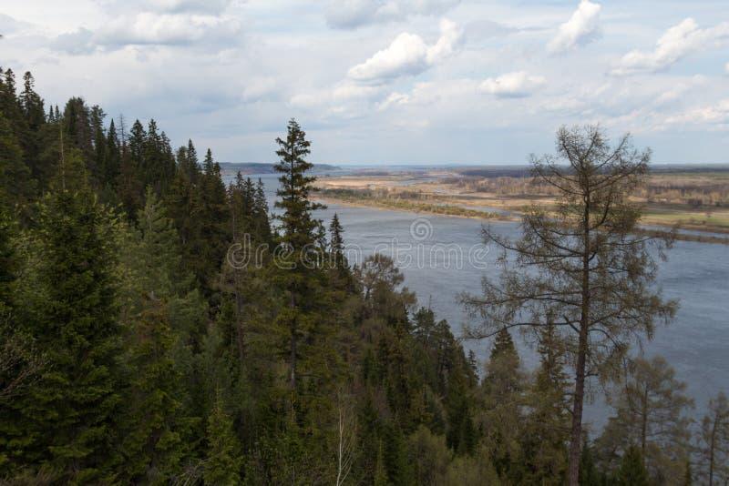 Visión desde la colina en el río de Kama fotos de archivo libres de regalías