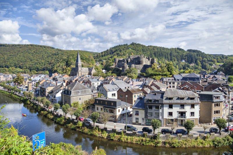 Visión desde la colina en el Roche-en-Ardenne belga del La de la ciudad imagen de archivo