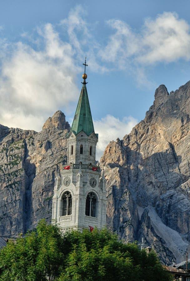 Visión desde la cortina d Ampezzo, los hoteles y la iglesia, Gruppo Tofana o fotografía de archivo libre de regalías