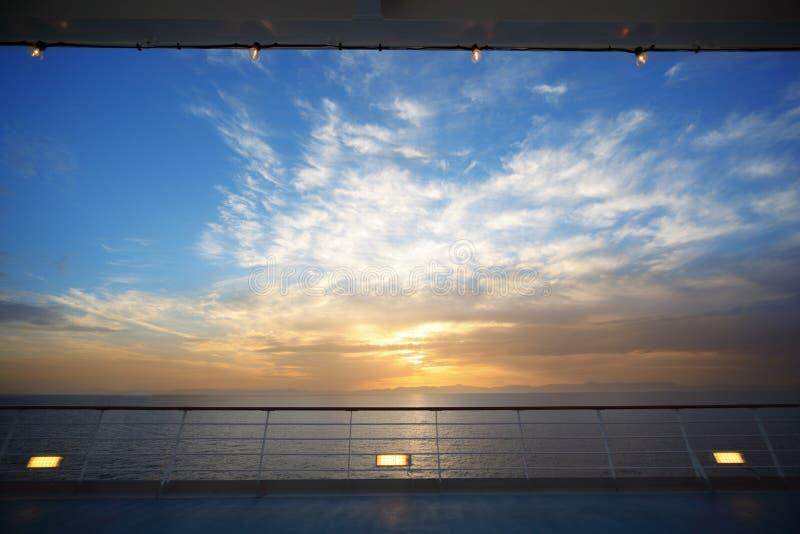 Visión desde la cubierta del barco de cruceros el la tarde fotos de archivo