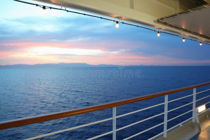 Visión desde la cubierta del barco de cruceros. puesta del sol imagen de archivo libre de regalías