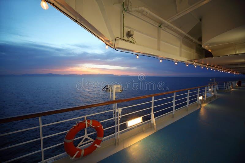 Visión desde la cubierta del barco de cruceros. puesta del sol. imágenes de archivo libres de regalías