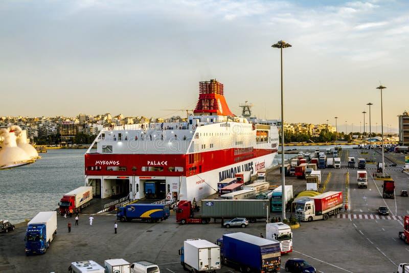 Visión desde la cubierta del transbordador al puerto de Pireo en Atenas en la puesta del sol imagenes de archivo