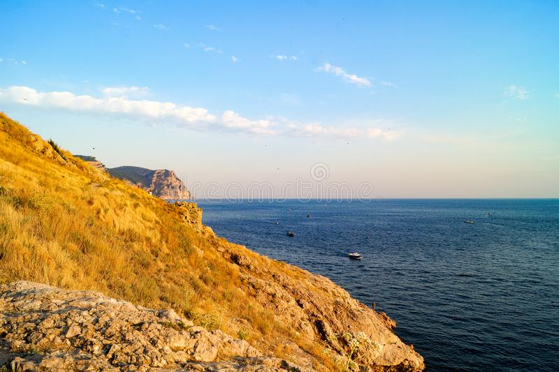 Visión desde la cuesta de la montaña al Mar Negro, Balaklava, Crimea imágenes de archivo libres de regalías