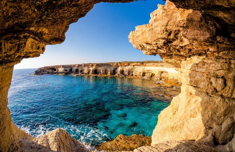 Visión desde la cueva del mar foto de archivo