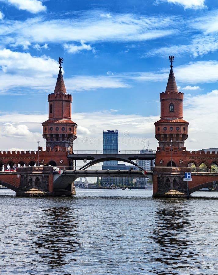 Visión desde la diversión sobre el cke del ¼ de Oberbaumbrà en Berlín foto de archivo libre de regalías
