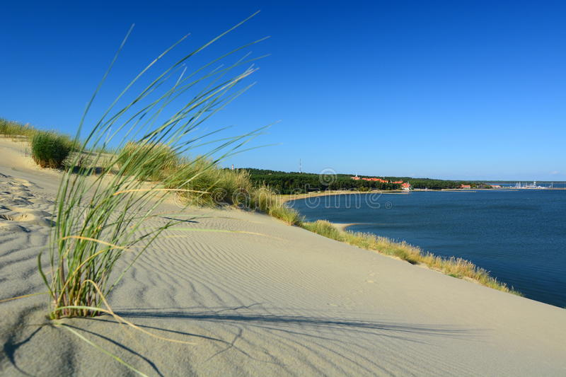 Visión desde la duna de Parnidis sobre Nida y la laguna de Curonian Nida lituania imagen de archivo libre de regalías