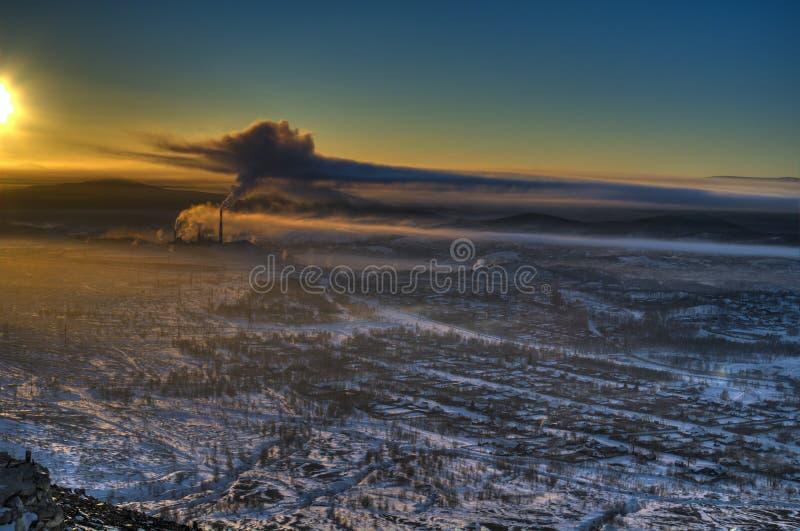 Visión desde la montaña al panorama de la tarde de la ciudad de Karabash imágenes de archivo libres de regalías