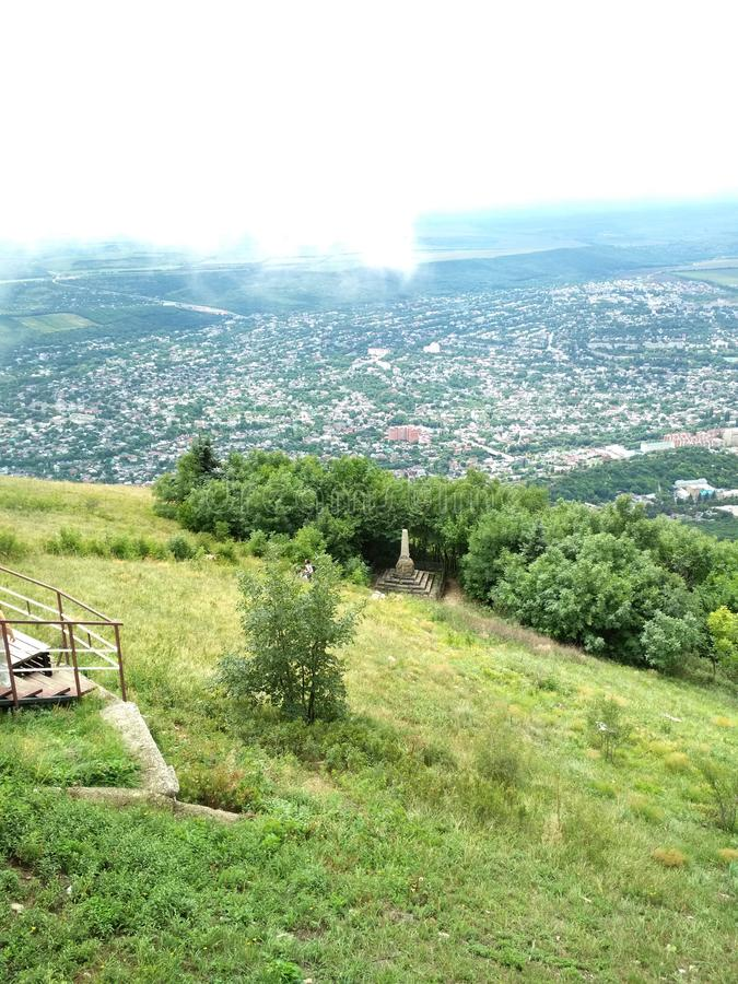 Visión desde la montaña a la ciudad foto de archivo