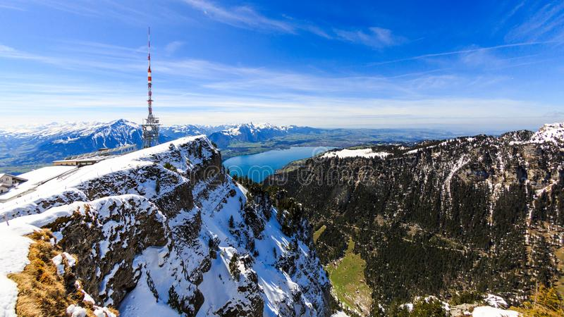 Visión desde la montaña de Niederhorn Beatenber en Suiza imagenes de archivo
