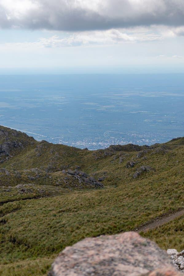 Visión desde la montaña en Córdoba Argentina foto de archivo libre de regalías