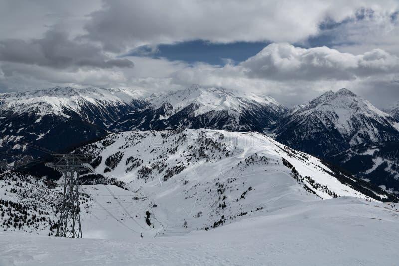 Visión desde la montaña a una estación de esquí imagen de archivo