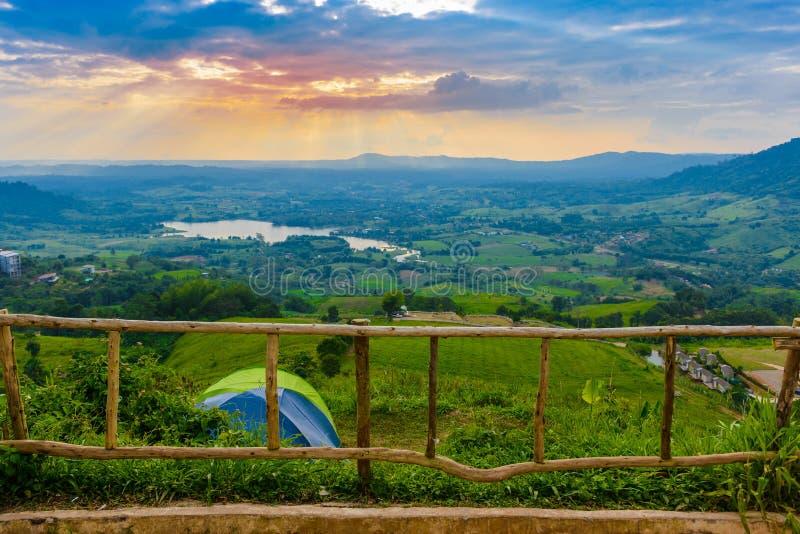 Visión desde la oficina de correos de Khao Kho y gran Mountain View como fondo en Phetchabun, Tailandia fotografía de archivo libre de regalías