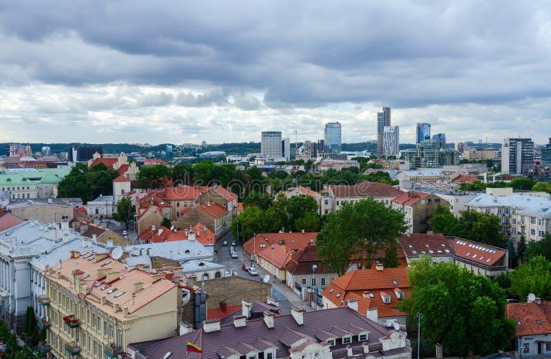 Visión desde la plataforma de observación del campanario en pueblo y ciudad viejo hola fotografía de archivo