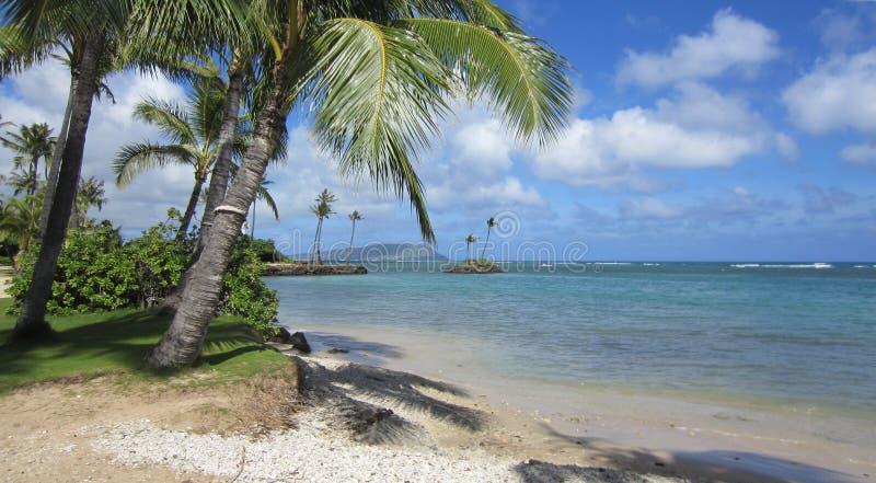 Visión desde la playa de Kahala foto de archivo