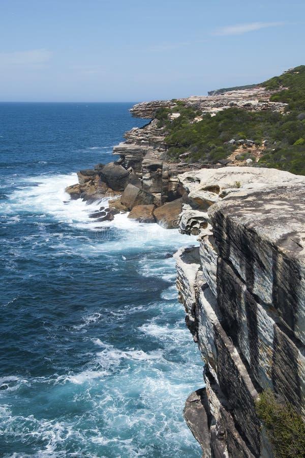 Visión desde la roca del pastel de bodas a lo largo de la costa costa en parque nacional real fotografía de archivo libre de regalías