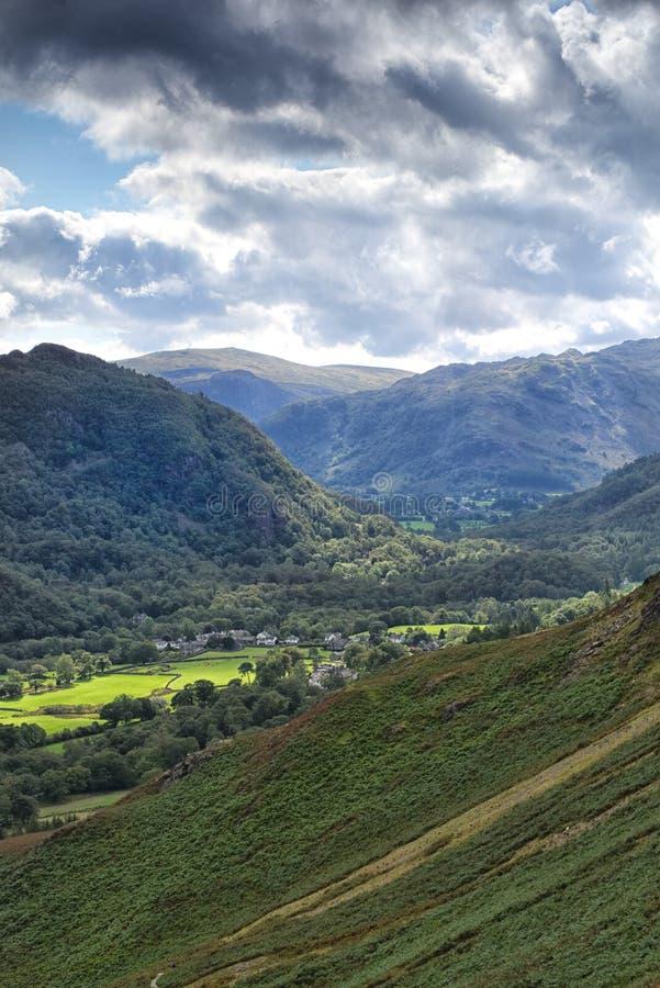 Visión desde la subida de Catbells, hacia el valle de Borrowdale, distrito del lago, Cumbria fotos de archivo