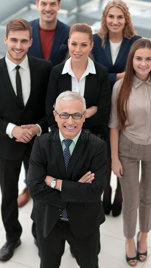 Visión desde la tapa grupo de hombres de negocios sonrientes que miran la cámara imagen de archivo